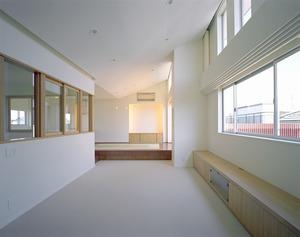 リビングを囲む南面ハイサイドサッシと吹き抜け2階窓