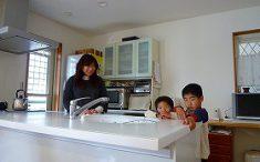 家族団らんのオープンキッチンLDK 写真