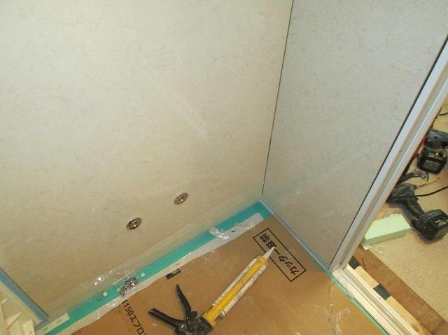 浴室 壁のパネルとドア枠設置